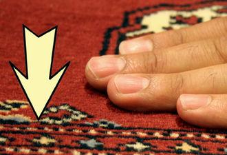 Quando si passa la mano sul tappeto e il vello non si solleva e il tappeto è liscio, il movimento avviene nel senso del vello.